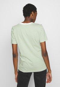 Selected Femme - PERFECT BOX CUT - Print T-shirt - watercress - 2