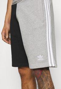 adidas Originals - BLOCKED UNISEX - Shorts - black - 4
