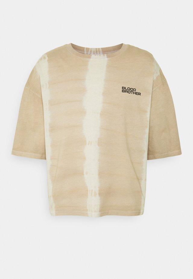 UNISEX OLYMPIA FIELDS TEE - Print T-shirt - sand
