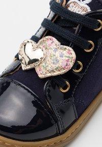 Shoo Pom - BOUBA HEART - Chaussures premiers pas - navy/platine - 5