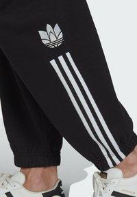 adidas Originals - FLEECE PANT ADICOLOR ORIGINALS RELAXED PANTS - Tracksuit bottoms - black - 3