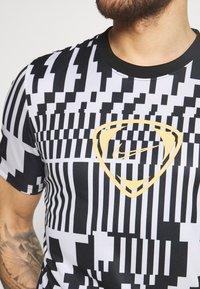 Nike Performance - DRY - T-shirts print - white/black/saturn gold - 5