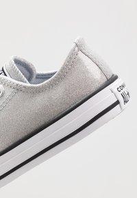 Converse - CHUCK TAYLOR ALL STAR COATED GLITTER  - Zapatillas - wolf grey/black/white - 2