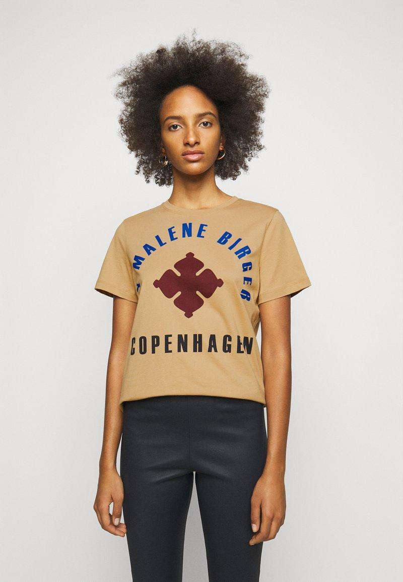 By Malene Birger - DESMOS - Print T-shirt - tan