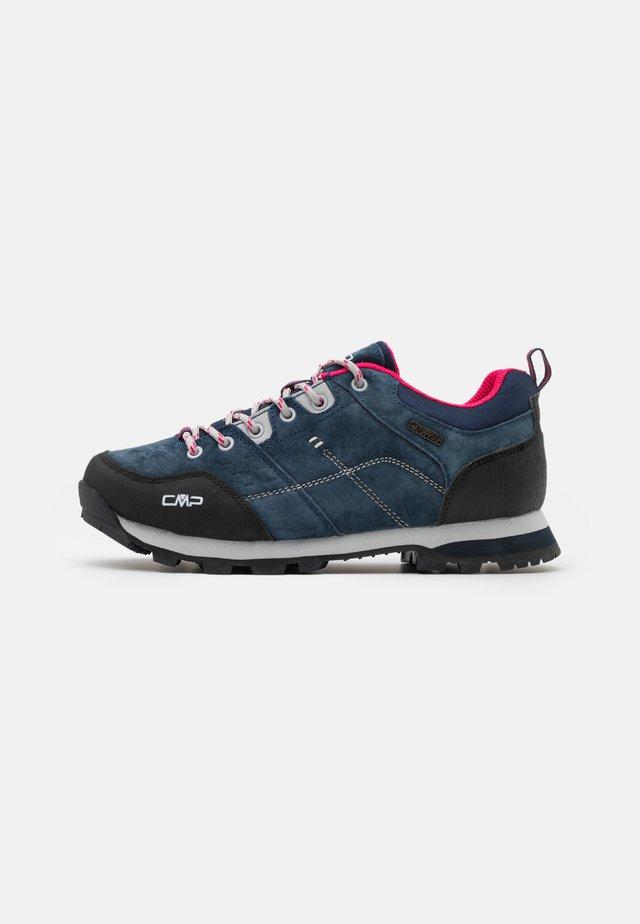 ALCOR LOW TREKKING SHOE WP - Hiking shoes - asphalt/fragola