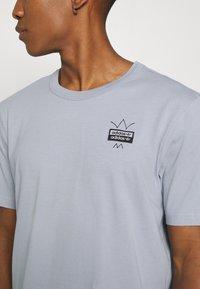 adidas Originals - ABSTRACT TEE UNISEX - Print T-shirt - halo silver - 5