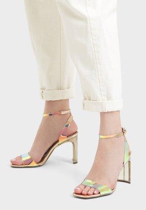 ABSATZ AUS SCHILLERNDEM VINYL - Højhælede sandaletter / Højhælede sandaler - gold