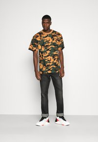 Karl Kani - SMALL SIGNATURE CAMO TEE - Print T-shirt - green/brown - 1