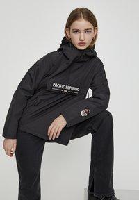 PULL&BEAR - MIT BAUCHTASCHE UND PATCH IM KONTRAST 05713349 - Light jacket - black - 5