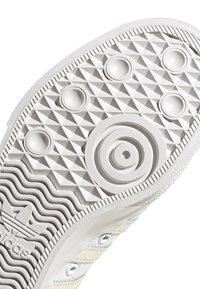 adidas Originals - NIZZA - Trainers - white - 5
