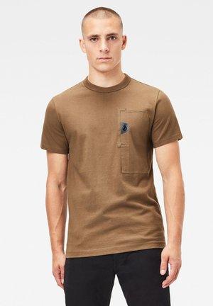 UTILITY POCKET LOGO - Print T-shirt - wild olive