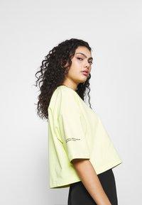 Puma - EVIDE FORM STRIPE CROP TEE - Print T-shirt - sunny lime - 3