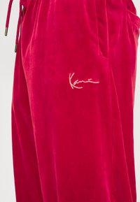 Karl Kani - SIGNATURE TRACK PANTS UNISEX - Pantaloni sportivi - dark red - 4
