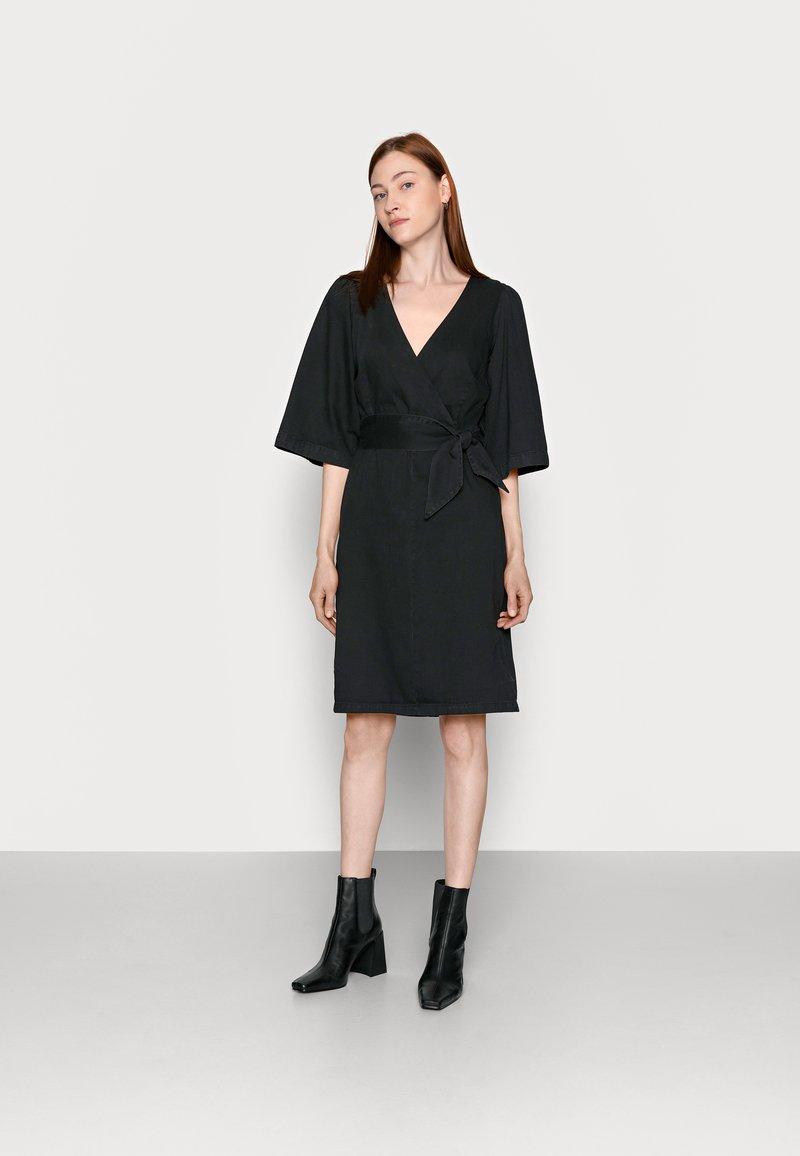 Vero Moda Tall - VMFAYE DRESS - Dongerikjole - black