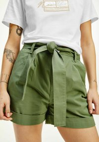 Tommy Jeans - TJW MOM BELTED  - Shorts - olive - 0