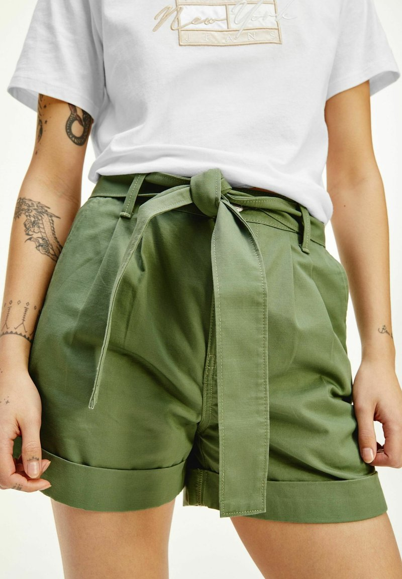 Tommy Jeans - TJW MOM BELTED  - Shorts - olive