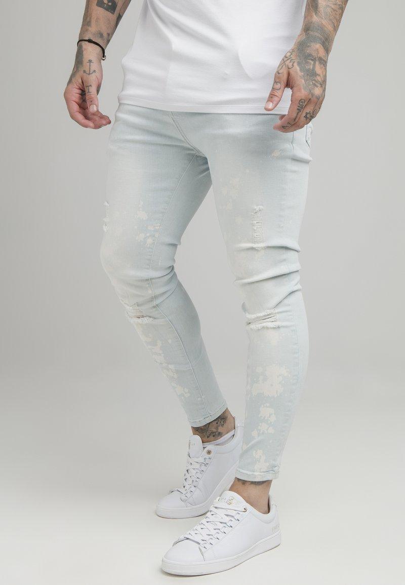 SIKSILK - BLEACH SPLAT RIPPED KNEE - Jeans Skinny Fit - ultra light wash