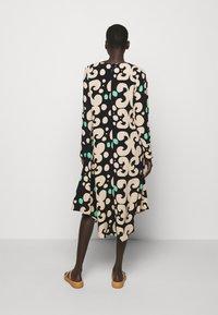 Marimekko - KEHO PIENI KEIDAS DRESS - Robe d'été - black/beige/green - 2