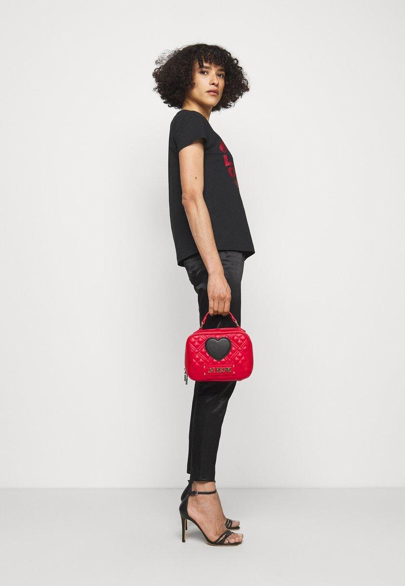 Love Moschino - CAMERA BAG RED EXCLUSIVE - Sac à main - red