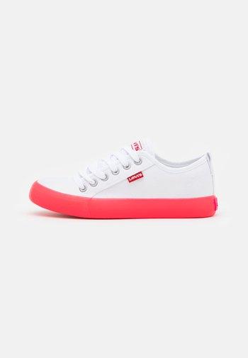 MAUI COS UNISEX - Trainers - white/fuchsia