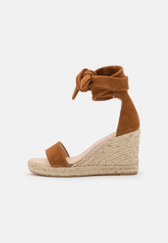 SELENE WEDGE - Sandalen met plateauzool - camel