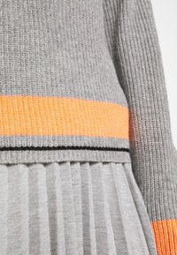 Cartoon - Jumper - grey/orange - 5