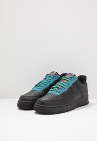 Nike Sportswear - AIR FORCE 1 '07 LV8 - Tenisky - black/obsidian mist/cool grey/blue fury/bright crimson - 2