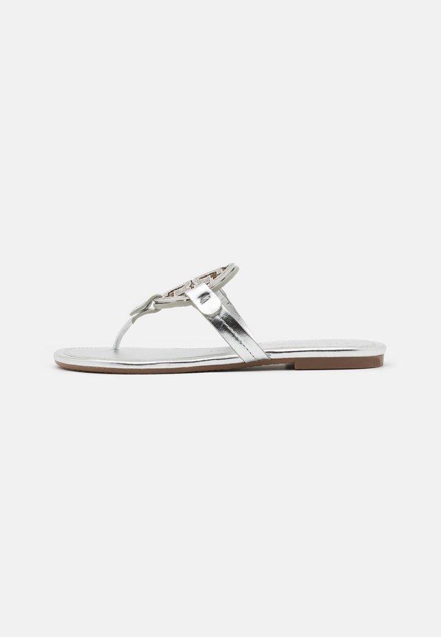 MILLER - Sandály s odděleným palcem - silver