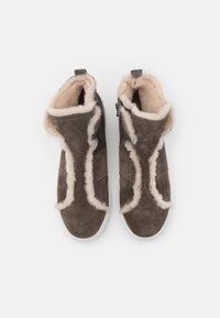 Kennel + Schmenger - BASKET - Boots à talons - piombo/weiß - 5