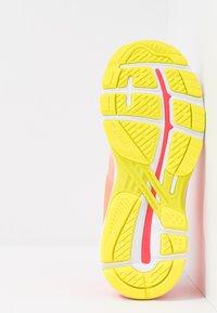 ASICS - GT-2000 7 - Zapatillas de running neutras - white/laser pink - 4