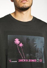 Jack & Jones - JCOPALM  - Print T-shirt - pirate black - 4