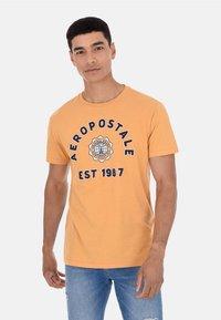 AERO CREST TEE - Print T-shirt - yellow