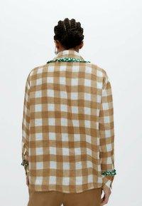 Uterqüe - MIT VICHYKAROS  - Button-down blouse - camel - 2