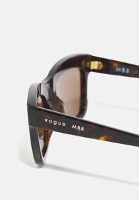 VOGUE Eyewear - MARBELLA - Occhiali da sole - dark havana - 2