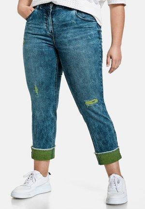 VERKÜRZT BETTY MIT TURN-UP SAUM - Slim fit jeans - blue denim
