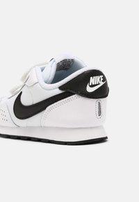 Nike Sportswear - MD VALIANT UNISEX - Sneaker low - white/black - 4