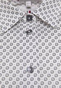 Tommy Hilfiger - BRITTANY SLIM PRINT - Button-down blouse - white/desert sky - 2