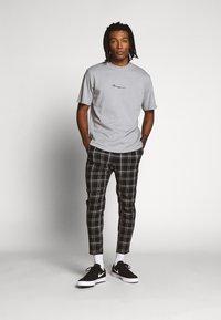 Mennace - ESSENTIAL REGULAR RELAXED SIG TEE UNISEX - Basic T-shirt - slate grey - 1