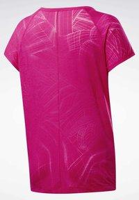 Reebok - BURNOUT T-SHIRT - T-shirts med print - pink - 8