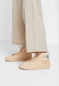 Vans - SK8 VIVIENNE WESTWOOD - Skate shoes - tan - 0