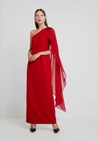 Adrianna Papell - ONE SHOULDER CAPE COLUMN GOWN - Iltapuku - cardinal - 2