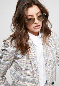 VOGUE Eyewear - Occhiali da sole - gold-coloured/green - 1