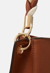 PARFOIS - SAC TANGLE - Handbag - camel - 4