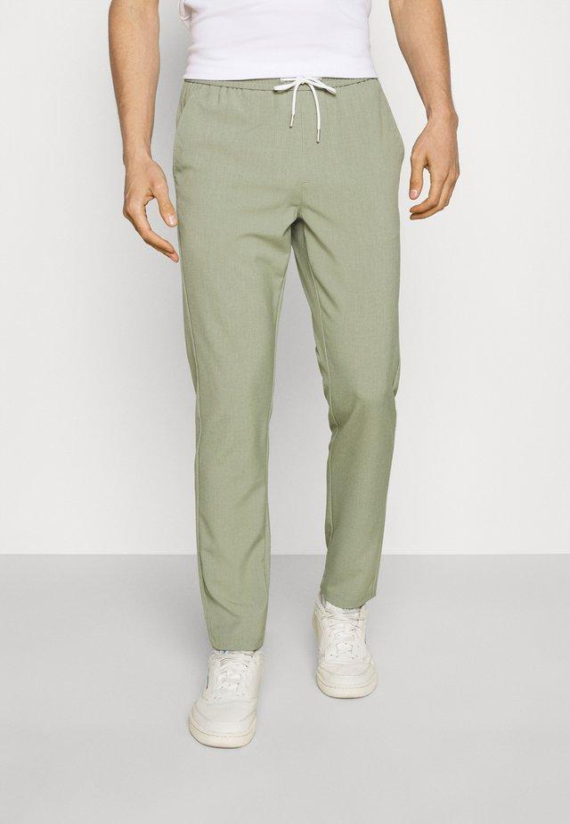 CLUB PANTS - Pantalon classique - army