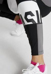 ASICS - COLOR BLOCK CROPPED  - Leggings - black/antracithe - 4