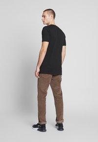 Mister Tee - PLATA O PLOMO TEE - Print T-shirt - black - 2