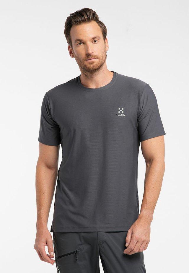 L.I.M TECH  - Print T-shirt - magnetite