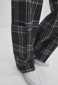 Bershka - MIT WEITEM BEIN  - Kalhoty - grey - 3