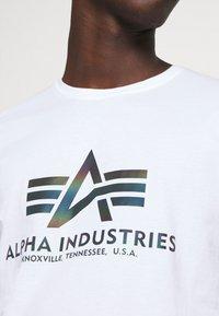 Alpha Industries - BASIC RAINBOW - Print T-shirt - white - 5