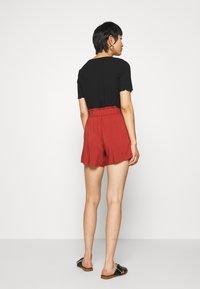 TOM TAILOR DENIM - RELAXED - Shorts - rust orange - 2